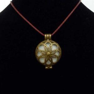 Bijou olfactif rond couleur bronze Fleur mystique