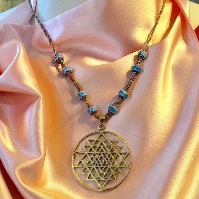 Pendentif Shri Yantra et collier en coton ciré avec perles en céramiques