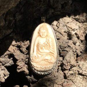 Pendentif bouddha assis corne sculptée