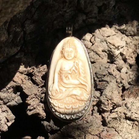 Pendentif bouddha corne sculptée