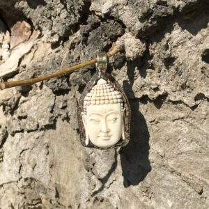 Pendentif bouddha en corne sculptée